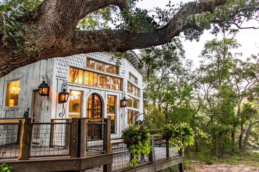 THE HONEYMOON TREEHOUSE at Bolt Farm Treehouse, Wadmalaw, South Carolina