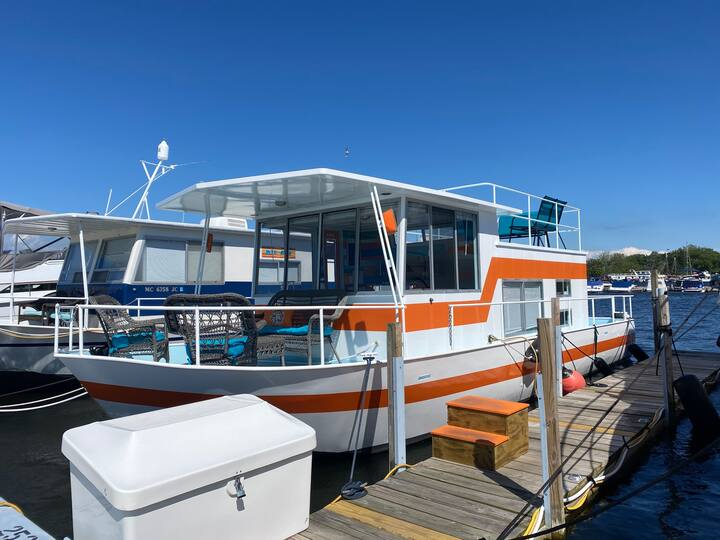 Stay on the water aboard Tangerine Dream! Douglas, Michigan airbnb